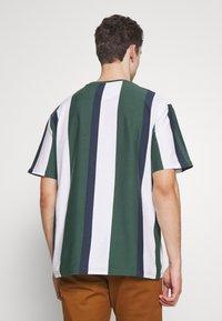 Karl Kani - UNISEX SIGNATURE STRIPE TEE - T-Shirt print - green - 2