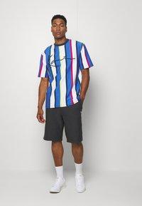 Karl Kani - STRIPE TEE - Print T-shirt - white - 1