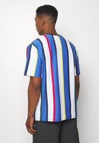 Karl Kani - STRIPE TEE - Print T-shirt - white - 2