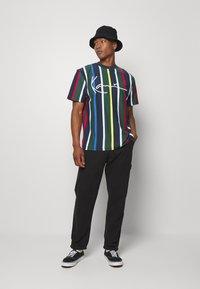 Karl Kani - STRIPE TEE - T-shirt print - navy - 1
