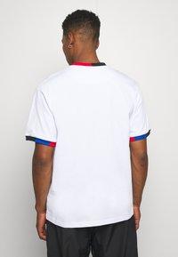 Karl Kani - SMALL SIGNATURE BLOCK TEE - T-shirt z nadrukiem - white - 2