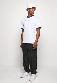 Karl Kani - SMALL SIGNATURE BLOCK TEE - T-shirt z nadrukiem - white - 1