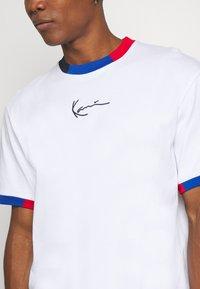 Karl Kani - SMALL SIGNATURE BLOCK TEE - T-shirt z nadrukiem - white - 4