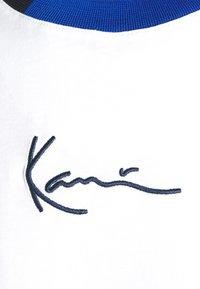 Karl Kani - SMALL SIGNATURE BLOCK TEE - T-shirt z nadrukiem - white - 6