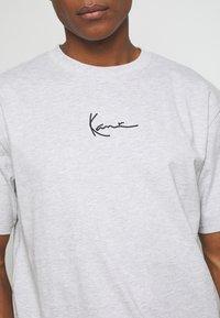 Karl Kani - SMALL SIGNATURE TEE  - T-shirt con stampa - ash grey - 5