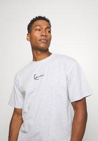 Karl Kani - SMALL SIGNATURE TEE  - T-shirt con stampa - ash grey - 3