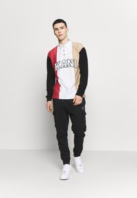 Karl Kani - UNISEX COLLEGE BLOCK RUGBY - Poloshirt - white/black/red/camel - 1