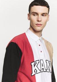 Karl Kani - UNISEX COLLEGE BLOCK RUGBY - Poloshirt - white/black/red/camel - 3