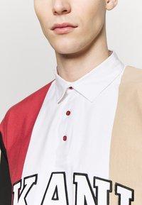 Karl Kani - UNISEX COLLEGE BLOCK RUGBY - Poloshirt - white/black/red/camel - 6
