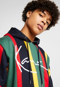 Karl Kani - SIGNATURE HOODIE - Mikina s kapucí - green/red/yellow/navy - 5