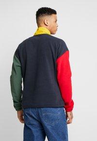 Karl Kani - RETRO BLOCK  - Fleece trui - navy/red/green/yellow - 2