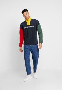 Karl Kani - RETRO BLOCK  - Fleece trui - navy/red/green/yellow - 1