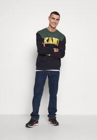 Karl Kani - COLLEGE BLOCK CREW - Mikina - navy/green/red/yellow/white - 1