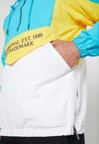 Karl Kani - BLOCK - Cortaviento - teal/white/yellow - 5