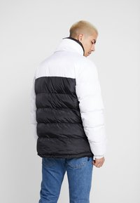 Karl Kani - RETRO REVERSIBLE PUFFER JACKET - Giacca invernale - black/white/red - 2