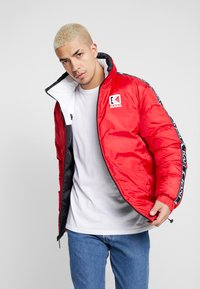 Karl Kani - RETRO REVERSIBLE PUFFER JACKET - Giacca invernale - black/white/red - 3
