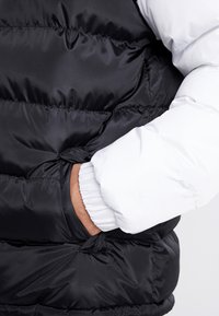 Karl Kani - RETRO REVERSIBLE PUFFER JACKET - Giacca invernale - black/white/red - 6