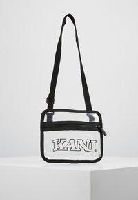 Karl Kani - COLLEGE MESSENGER BAG - Taška spříčným popruhem - transparent/black - 0