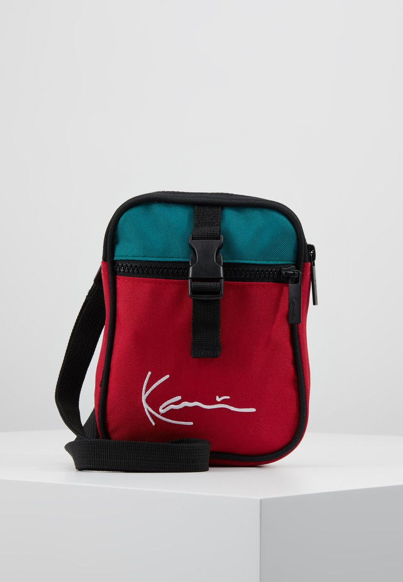 Karl Kani - SIGNATURE BLOCK MESSENGER BAG - Schoudertas - red/green