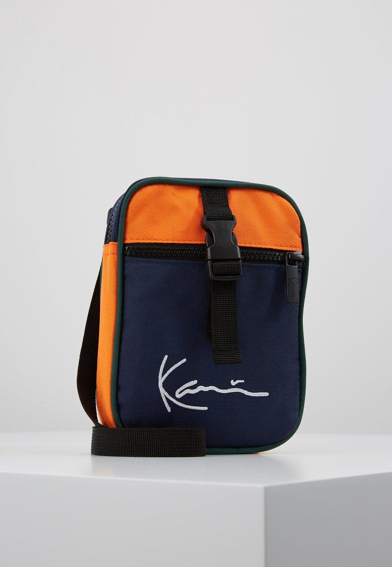 Karl Kani - SIGNATURE BLOCK MESSENGER BAG - Schoudertas - blue/orange/green