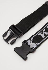 Karl Kani - COLLEGE CLICK BELT  - Belt - black - 1
