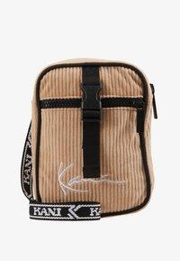 Karl Kani - MESSENGER BAG - Across body bag - camel/black - 1