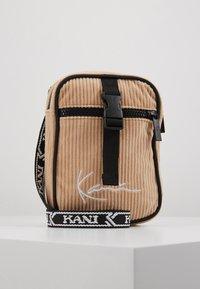 Karl Kani - MESSENGER BAG - Across body bag - camel/black - 0