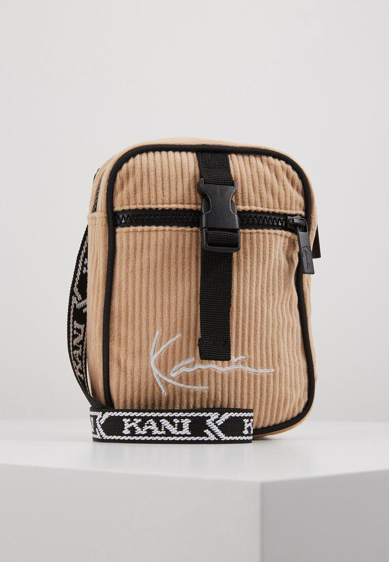 Karl Kani - MESSENGER BAG - Across body bag - camel/black