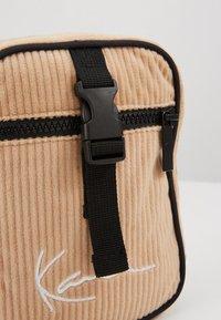 Karl Kani - MESSENGER BAG - Across body bag - camel/black - 2