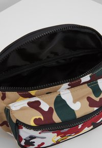 Karl Kani - SIGNATURE TAPE WAIST BAG - Bæltetasker - burgundy/white/black/yellow - 4