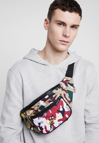 Karl Kani - SIGNATURE TAPE WAIST BAG - Bæltetasker - burgundy/white/black/yellow - 1