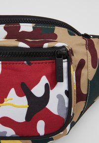 Karl Kani - SIGNATURE TAPE WAIST BAG - Bæltetasker - burgundy/white/black/yellow - 7