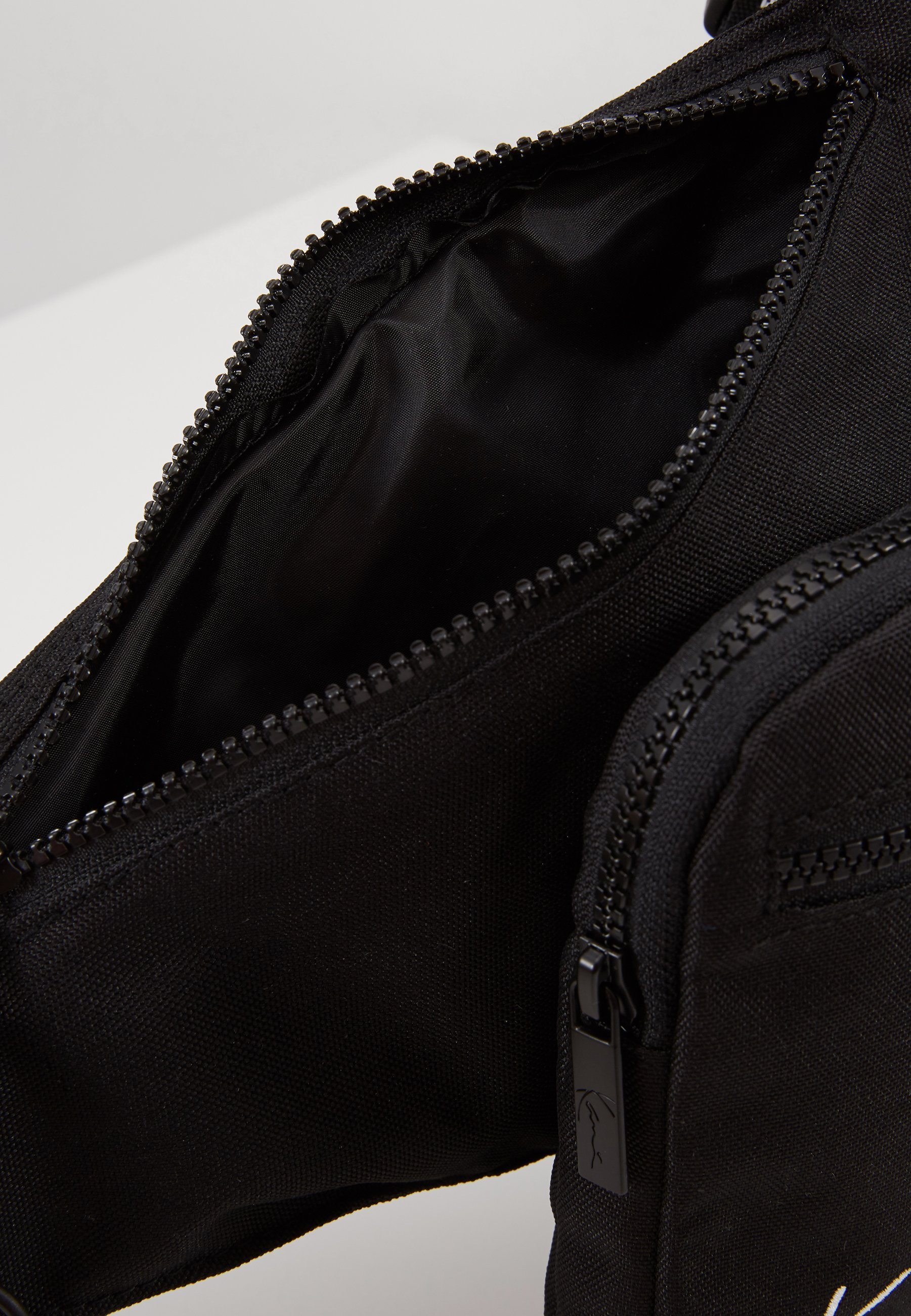 Karl Kani Signature Tape Body Bag - Sac Banane Black/white