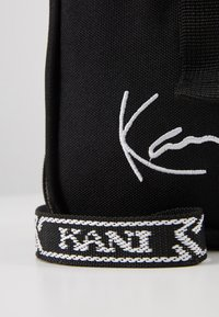 Karl Kani - SIGNATURE TAPE MESSENGER BAG - Across body bag - black/white - 2