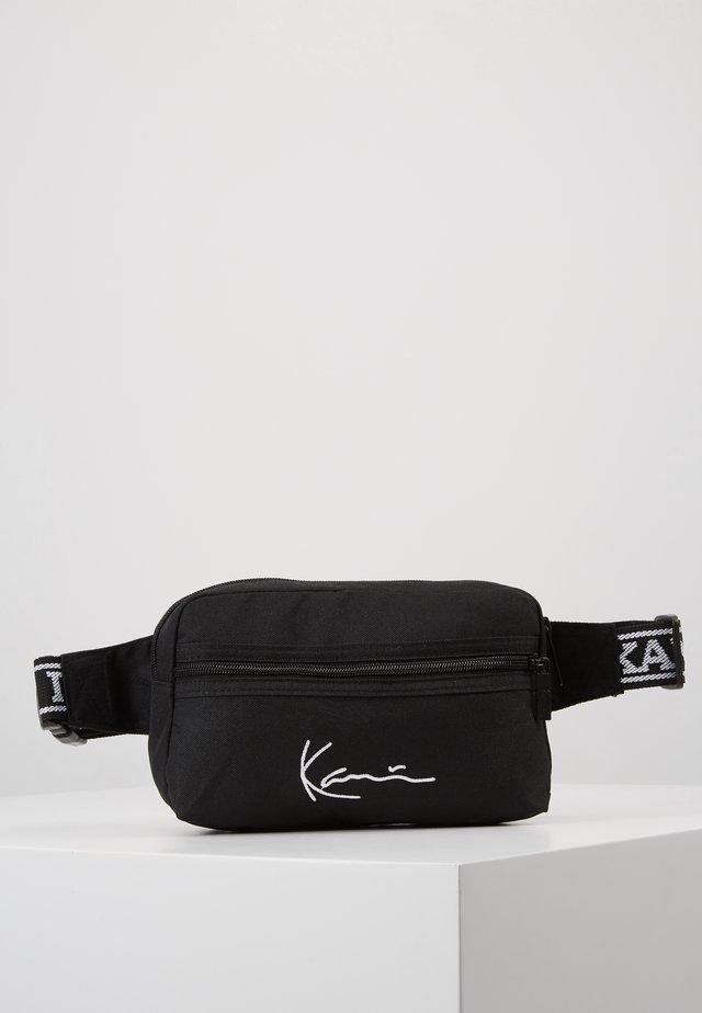 KK SIGNATURE TAPE HIP BAG - Ledvinka - black/white