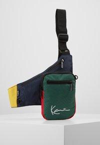Karl Kani - SIGNATURE BLOCK BODY BAG - Ledvinka - navy/green/yellow/red - 0
