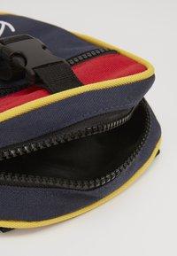 Karl Kani - KK SIGNATURE BLOCK MESSENGER BAG - Taška spříčným popruhem - navy/red/yellow/red - 4