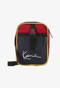 Karl Kani - KK SIGNATURE BLOCK MESSENGER BAG - Taška spříčným popruhem - navy/red/yellow/red - 1