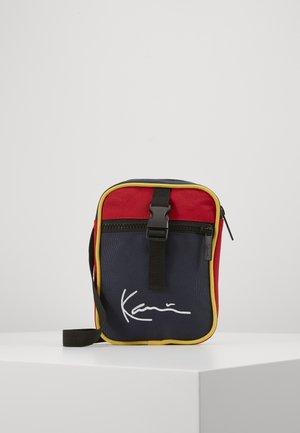 KK SIGNATURE BLOCK MESSENGER BAG - Sac bandoulière - navy/red/yellow/red