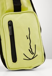 Karl Kani - TAPE UTILITY VEST BAG  - Ledvinka - yellow - 3