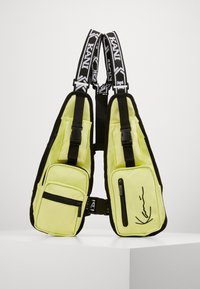 Karl Kani - TAPE UTILITY VEST BAG  - Ledvinka - yellow - 0