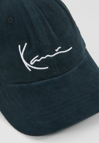 Karl Kani - SIGNATURE  - Kšiltovka - green/white - 6
