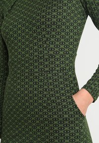 King Louie - MONA DRESS LOOPY - Sukienka z dżerseju - grass green - 5