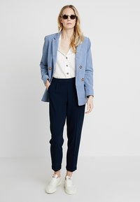 King Louie - ROISIN PANTS - Stoffhose - blue