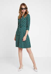 King Louie - EMMY DRESS SCOPE EXCLUSIV - Sukienka z dżerseju - pine green - 1