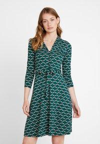 King Louie - EMMY DRESS SCOPE EXCLUSIV - Sukienka z dżerseju - pine green - 0