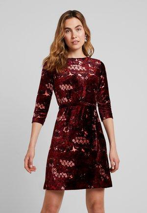 ZOE DRESS CRIMSON - Denní šaty - windsor red
