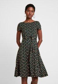 King Louie - SALLY DRESS SWIRL - Žerzejové šaty - para green - 0