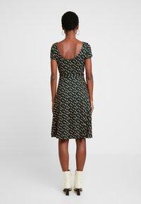 King Louie - SALLY DRESS SWIRL - Žerzejové šaty - para green - 2