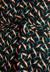 King Louie - SALLY DRESS SWIRL - Žerzejové šaty - para green - 5